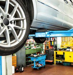 Zabezpieczenia podnośników samochodowych przy unoszeniu pojazdów.