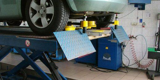 Wyposażenie techniczne warsztatu przy naprawach blacharsko-lakierniczych