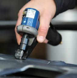 Wyposażenie warsztatu blacharskiego – urządzenia do obróbki mechanicznej