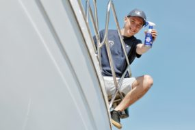 Jak przy pomocy szpachlówki żelkotowej i pasty polerskiej Sea-line odnowić porysowane burty łodzi wykonanej z laminatu?