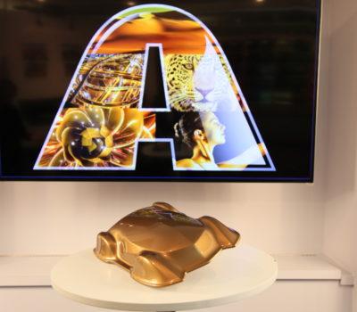Złoto-brązowy odcień Sahara samochowym kolorem roku 2019 Axalta