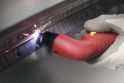 Wyposażenie warsztatu blacharskiego – urządzenia do cięcia i obróbki